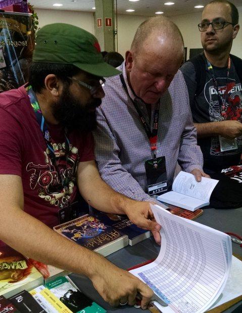 """Ian Livingstone assinando meu """"Exércitos da Morte""""."""